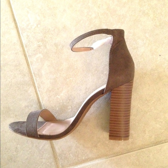 c325a4bf8940 NWT Monica Ankle Strap Wooden Block Heel Sandals